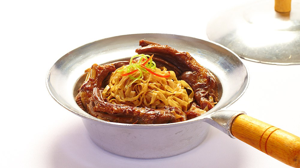 Braised Goose Web & Noodle in Clay Pot